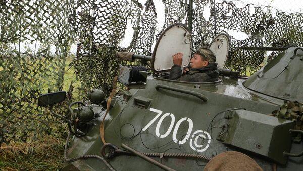 Бронетранспортер БТР-80 во время тактических учений мотострелковых подразделений Балтийского флота в рамах стратегических учений Запад-2017 на полигоне Правдинский в Калининградской области