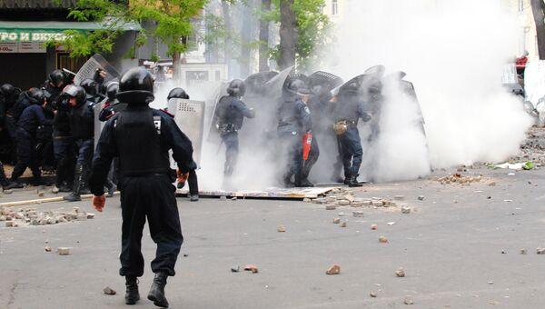 Взрыв дымовой шашки у Греческой площади в Одессе  2 мая 2014 года. Архивное фото