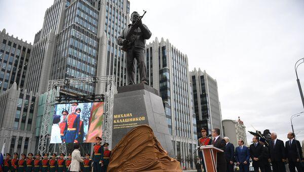 Церемония открытия памятника оружейнику Михаилу Калашникову в Москве. 19 сентября 2017