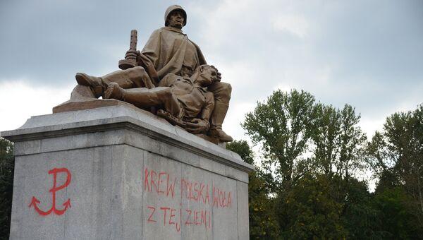 Надписи красной краской на пьедестале одной из скульптур мемориального комплекса на кладбище-мавзолее советских воинов в Варшаве. 19 сентября 2017