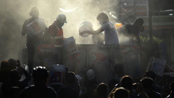 Спасатели, пожарные, полицейские, солдаты и волонтеры ищут выживших после землетрясения в Мехико. 19 сентября 2017