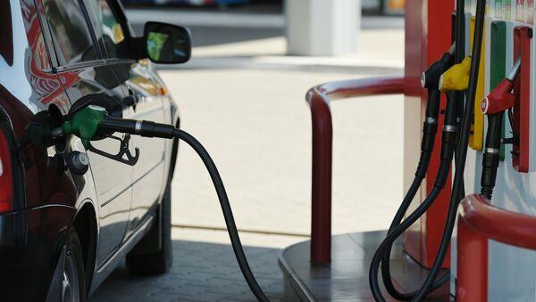 Заправка автомобиля на автозаправочной станции. Архивное фото
