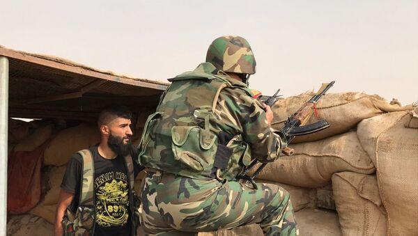 Сирийская армия и бойцы народного ополчения во время наступления в районе Джафра в Дейр-эз-Зоре, 20 сентября