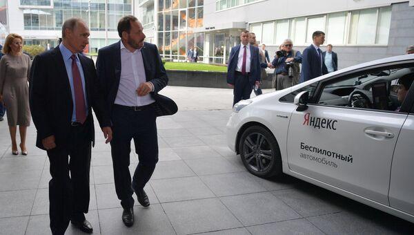 Президент РФ Владимир Путин и генеральный директор компании Яндекс Аркадий Волож (справа) во время демонстрации действующего прототипа беспилотного автомобиля в московском офисе отечественной ИТ-компании Яндекс, которой исполняется 20 лет