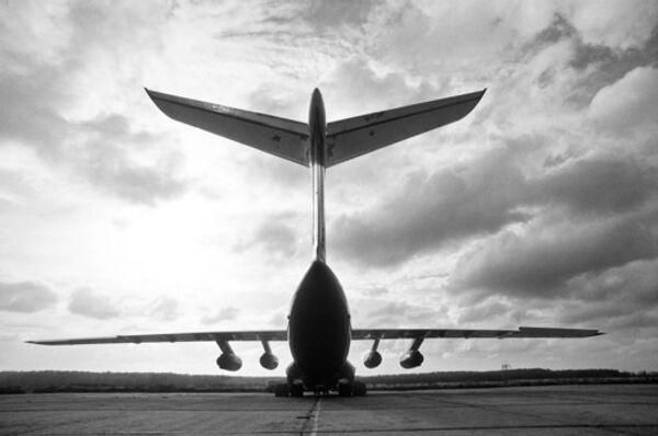 Самолет на взлётной полосе. Архив