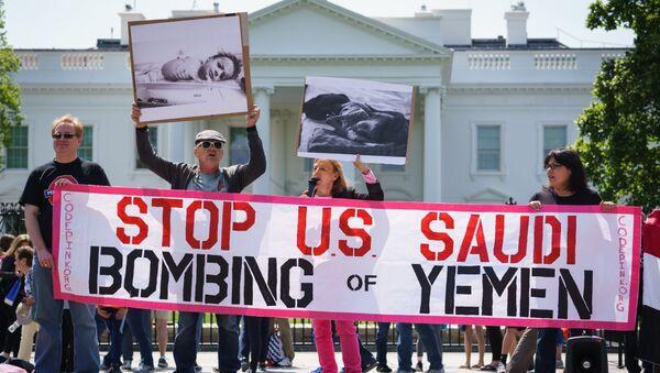 Акция протеста с призывом прекратить бомбардировки Йемена перед Белым домом в США. 13 апреля 2017