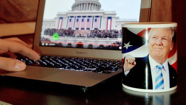 Молодой человек смотрит трансляцию инаугурации избранного президента США Дональда Трампа. Архивное фото