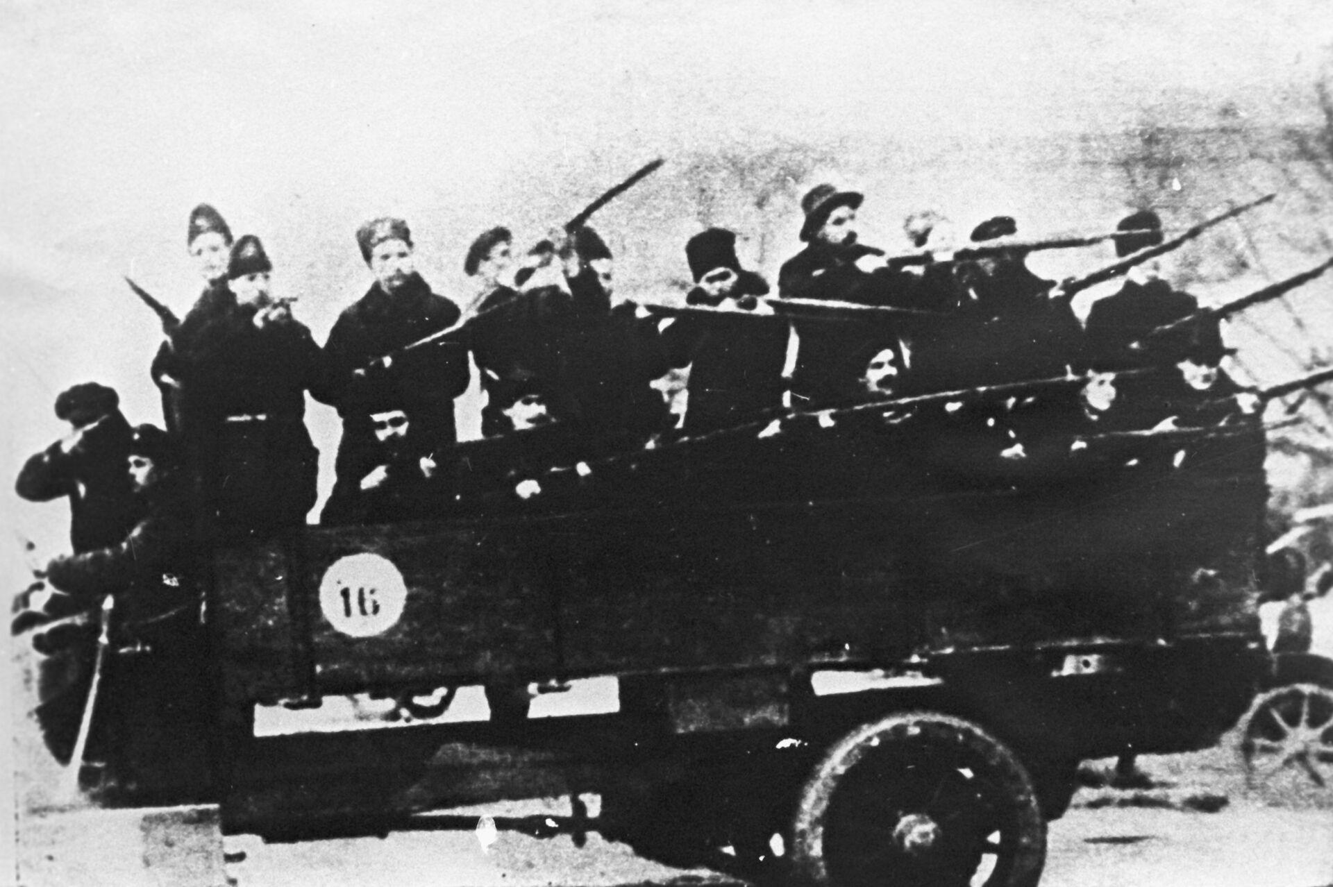 Один из отрядов красногвардейцев, участников штурма Зимнего дворца. Петроград, 1917 год - РИА Новости, 1920, 05.09.2021