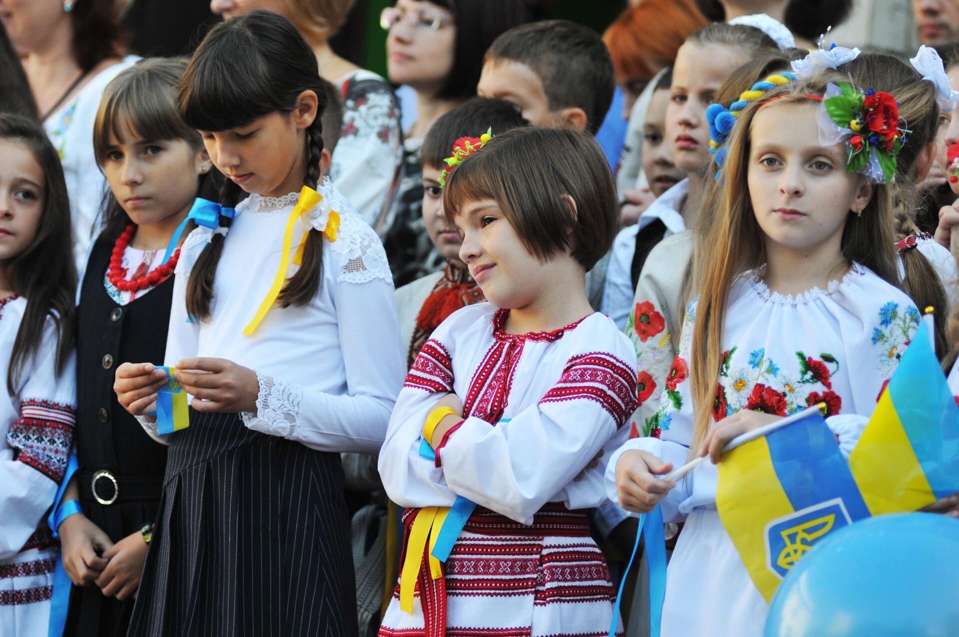 Ученики на торжественной линейке, посвященной Дню знаний, во Львове - РИА Новости, 1920, 25.10.2020