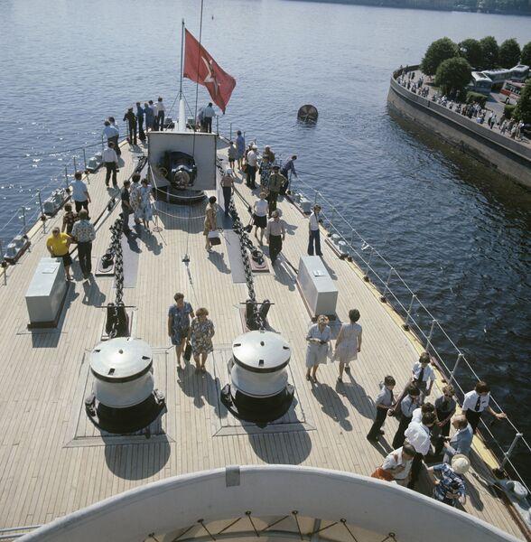 Крейсер Аврора с туристами на борту