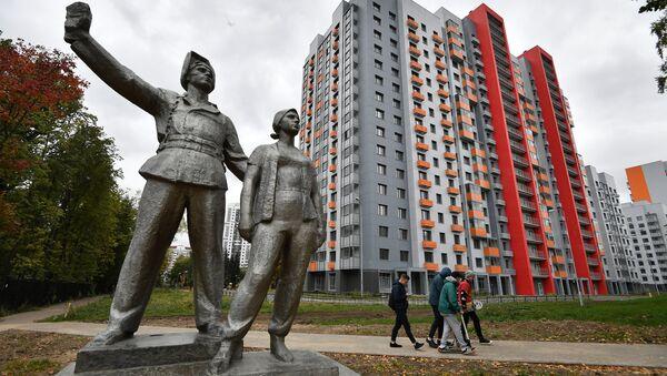 Скульптурная композиция рядом с многоэтажным жилым домом на Бескудниковском бульваре в Москве, предназначенным для переселения участников программы реновации