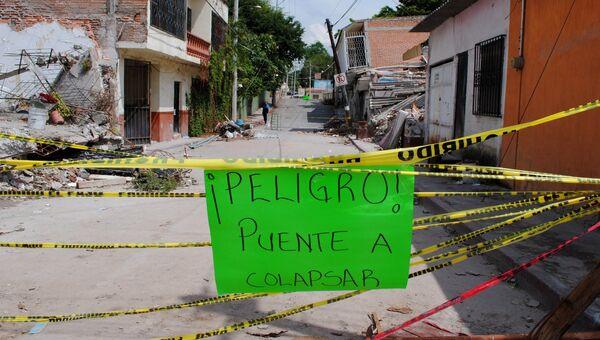 Предупреждение о возможности обрушения моста в мексиканской Хохутле, разрушенной землетрясением. Архивное фото