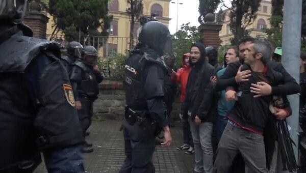 Стычки с полицией и попытки прорваться к участкам: как проходит референдум в Каталонии