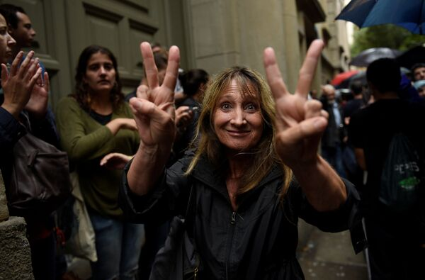 Женщина после голосования на избирательном участке в Барселоне, Испания. 1 октября 2017