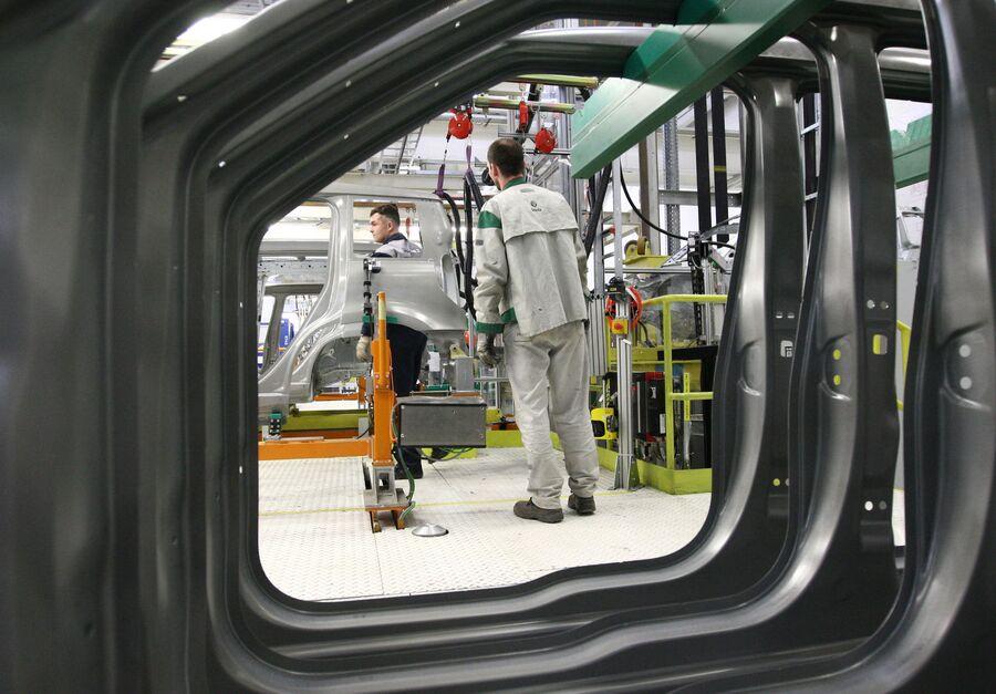 В одном из цехов Горьковского автомобильного завода Группы ГАЗ в Нижнем Новгороде
