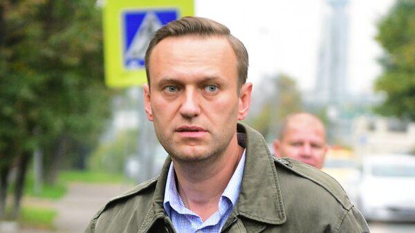 Навальный вновь выходит сухим из воды: кто подкинул блогеру билеты в США