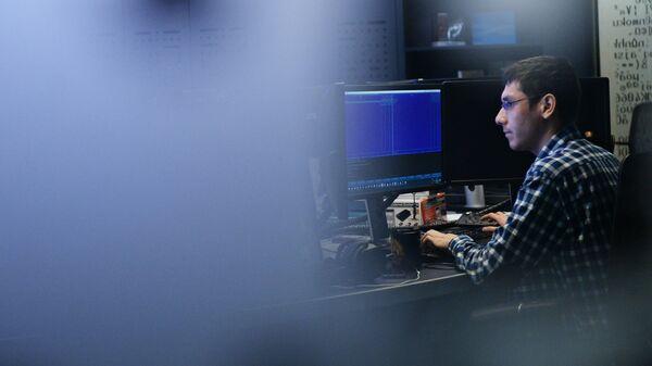 Сотрудник в офисе компании Лаборатория Касперского в Москве