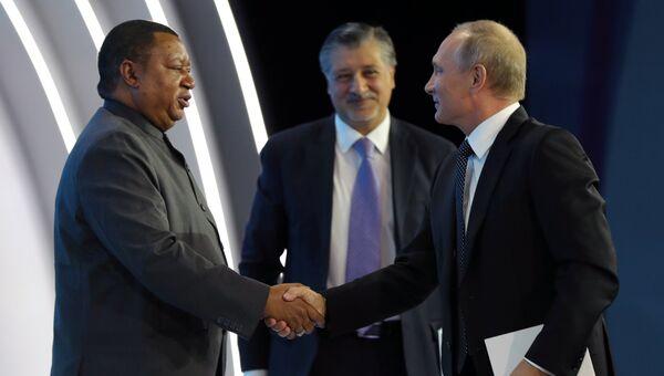Президент РФ Владимир Путин и генеральный секретарь ОПЕК Мохаммед Сануси Баркиндо на форуме Российская энергетическая неделя. 4 октября 2017