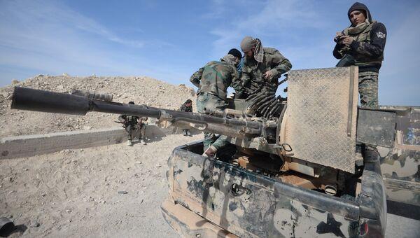 Бойцы сирийской армии  в районе города Эль-Карьятейн