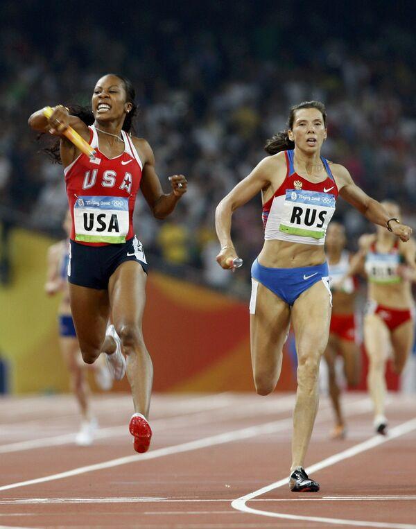 Анастасия Капачинская финиширует в эстафете 4 по 400 метров