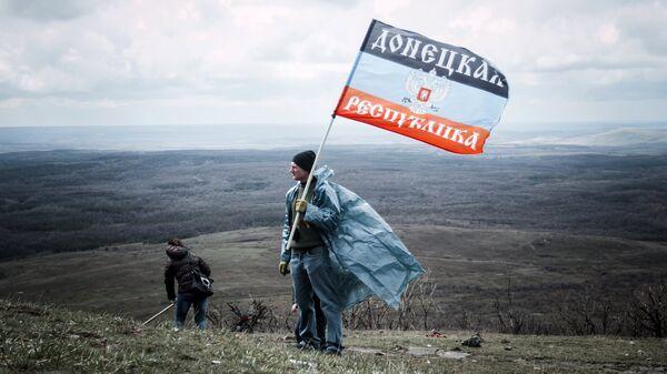 Житель ДНР с флагом