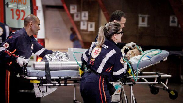 Сотрудники скорой помощи транспортируют пострадавшего при пожаре в Бразилии. Архивное фото