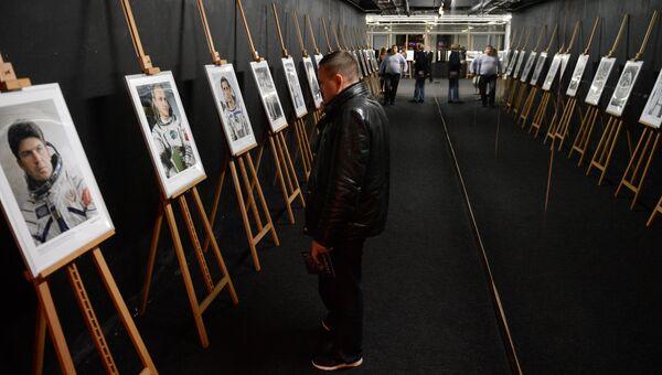 Посетители на фотовыставке МИА Россия сегодня в рамках премьеры фильма Салют-7 в кинотеатре Октябрь