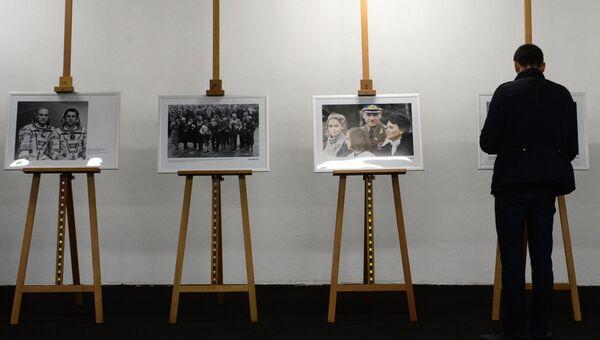 Посетитель на фотовыставке МИА Россия сегодня в рамках премьеры фильма Салют-7 в кинотеатре Октябрь