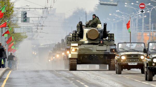 Зенитный ракетно-пушечный комплекс Тунгуска проходит по улицам Минска во время репетиции парада Победы