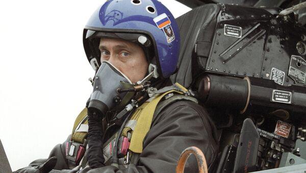 Владимир Путин в кабине истребителя-перехватчика СУ-27. Архивное фото