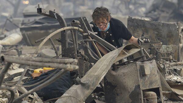 Женщина возле своего сгоревшего дома в Санта-Розе, Калифорния, США. 9 октября 2017
