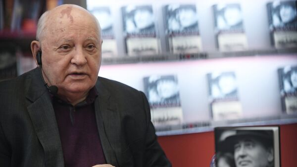 Экс-президент СССР Михаил Горбачев на презентации своей книги Остаюсь оптимистом в книжном магазине Москва. 10 октября 2017