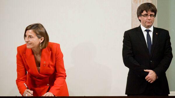 Спикер парламента Карме Форкадель и председатель правительства Каталонии Карлес Пучдемон во время подписания декларации о независимости. 10 октября 2017