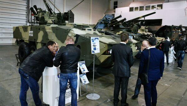 Посетители выставки Оружие и безопасность в Киеве у бронетранспортёра БТР-4МВ