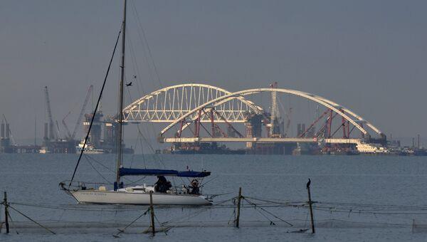 Транспортировка автодорожной арки на специальных плавучих опорах к фарватеру Крымского моста в Керченском проливе. 11 октября 2017
