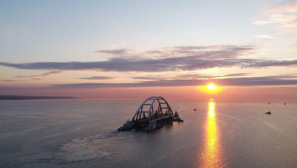 Буксиры доставили автодорожную арку Крымского моста к месту установки
