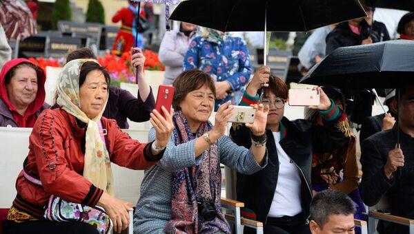 Зрители на Международном фестивале дружбы народов России и Китая в Хабаровском крае