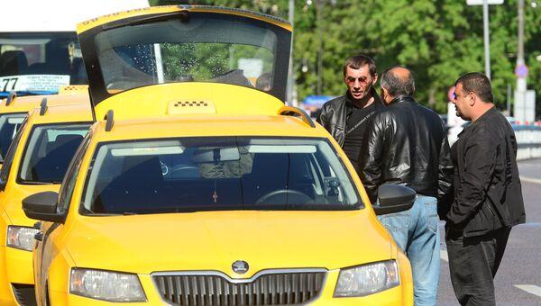 Мужчины у автомобиля такси