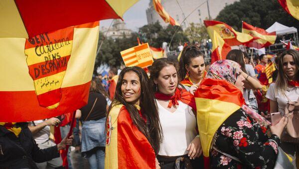 Участники акции в защиту единства Испании в Барселоне. 12 октября 2017