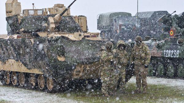 Военнослужащие возле американской боевой машины пехоты M2 Bradley