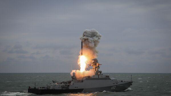 Малый ракетный корабль Град Свияжск запускает ракету Калибр во время учений Каспийской флотилии. 11 октября 2017