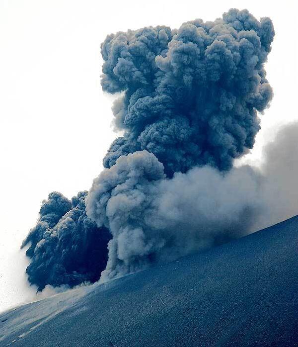 На Камчатке началось извержение вулкана Корякского