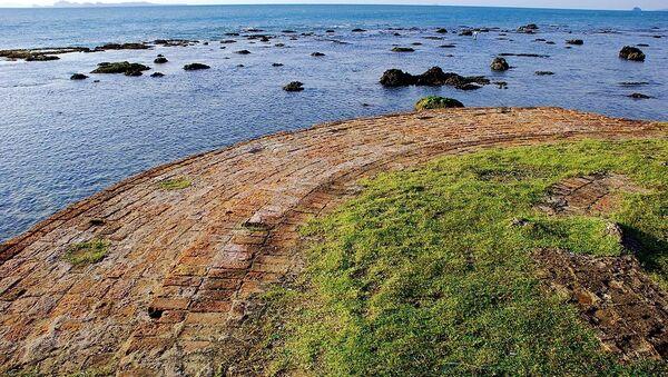Остатки маяка на берегу Явы. Архивное фото