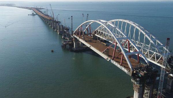 Завершение работ по установке по установке автодорожной арки Крымского моста. Архивное фото