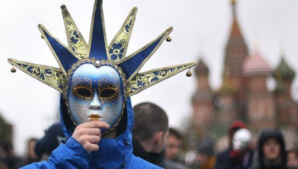 Участник карнавального шествия в Москве в рамках XIX Всемирного фестиваля молодежи и студенчества. 14 октября 2017