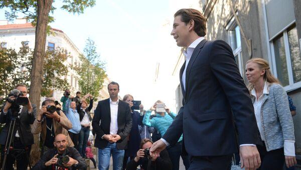 Лидер Австрийской народной партии, министр иностранных дел Австрии Себастьян Курц после голосования на одном из избирательных участков в Вене на парламентских выборах в Австрии. 15 октября 2017