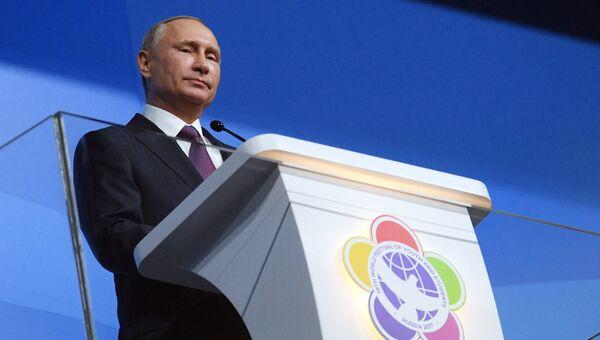 Президент РФ Владимир Путин выступает на торжественной церемонии открытия XIX Всемирного фестиваля молодежи и студентов в Сочи. 15 октября 2017