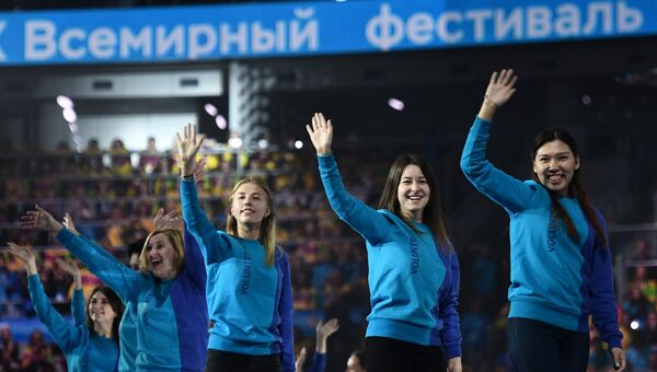 Волонтеры на церемонии открытия XIX Всемирного фестиваля молодежи и студентов в Ледовом дворце Большой в Сочи. 15 октября 2017