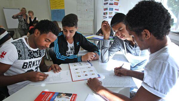 Студенты-беженцы на занятиях в школе Германии. 2015 год