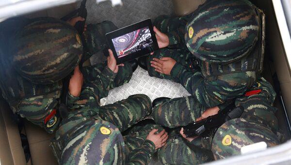 Китайские солдаты смотрят выступление Си Цзиньпина на открытии съезда Коммунистической партии Китая. 18 октября 2017